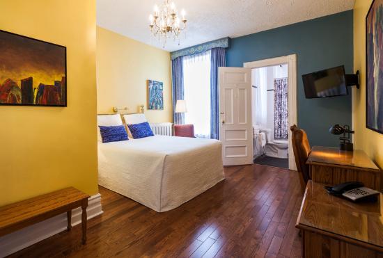 Chateau de l'Argoat: chambre ''confort'', un lit queen, salle de bain standard