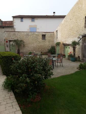Hotel du Donjon: back garden