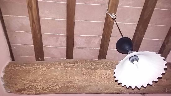 Trave in legno del bagno mangiata dalle tarme e montatura del ...
