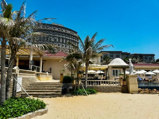 Imperial Hotel: Zona de playa y piscina del hotel
