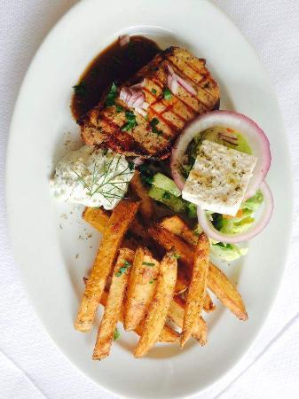 Restaurant Athena : Svinekottolet med hjemmelavede pomfritter, salat og tzatziki!