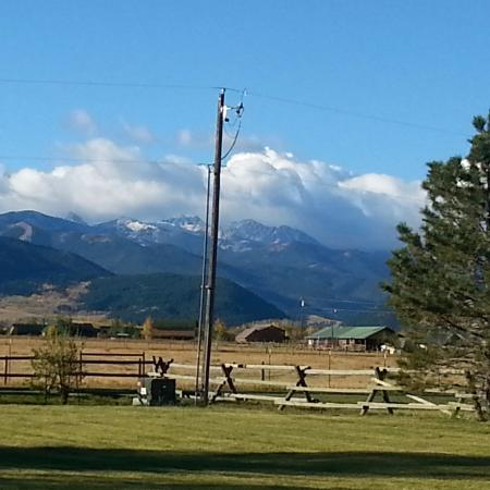 Gallatin Gateway, MT: Mountain view from porch