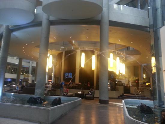 The Westin Bonaventure Hotel & Suites: Saguão e Mini Praça de alimentação acima