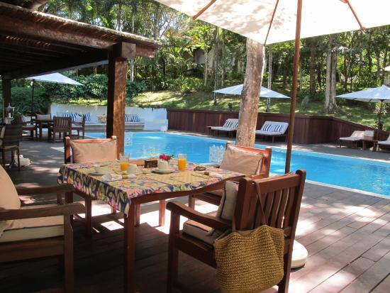 Etnia Pousada & Boutique: Café da manhã ao lado da piscina