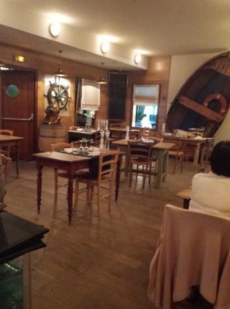 La Chaloupe: la salle, ambiance très belle et en harmonie. beau cadre pour manger