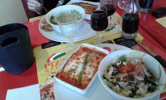 Perols, Francia: Une création en plat du jour : canelloni aux asperges + salade au prosciutto.