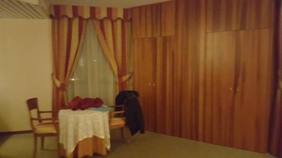 Armadio A Muro Ad Angolo.Armadio A Muro E Angolo Soggiorno Picture Of Hg Hotel Fabriano