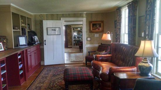 The Dorset Inn: The sitting room...perfect place to sit and read. Very cozy!