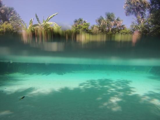 Esse lugar é surreal. Não é possível afundar. Tem mais de 65 metros de profundidade!