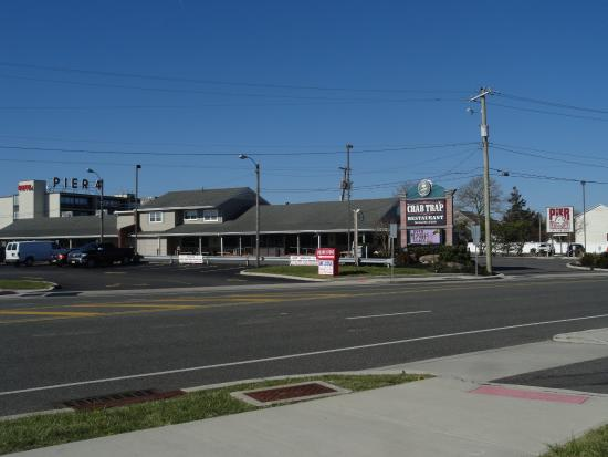 ซอเมอร์สพอยต์, นิวเจอร์ซีย์: Street side view of the Crab Trap Restaurant and Bar