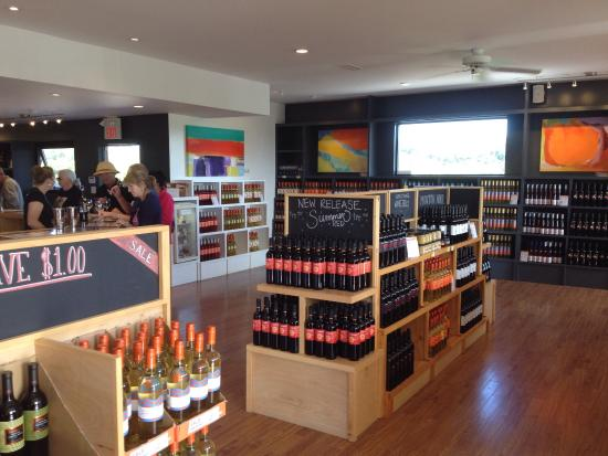 Wellington, Canadá: Wine shop.... Lots to choose from!