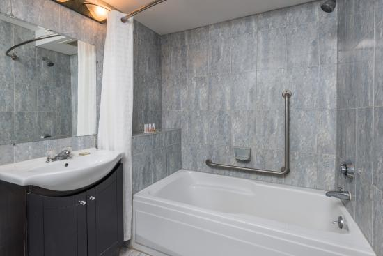 Super 8 Guelph : Executive Suite Bathroom