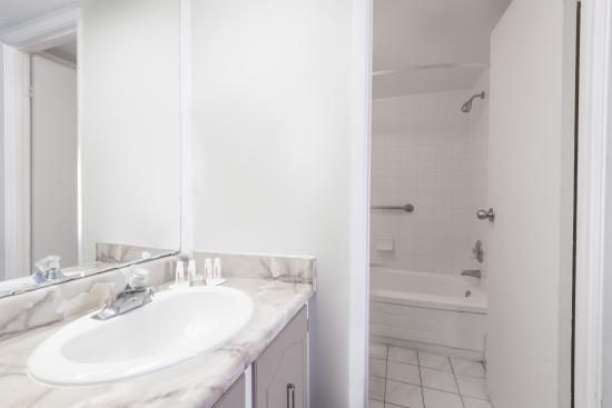 Super 8 Guelph : Standard Bathroom