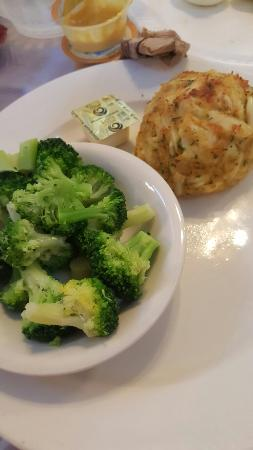 ‪‪Rosedale‬, ‪Maryland‬: Crabcake with a side of broccoli‬