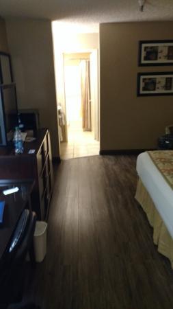 BEST WESTERN Hospitality Lane : Entering the room looking toward bathroom.