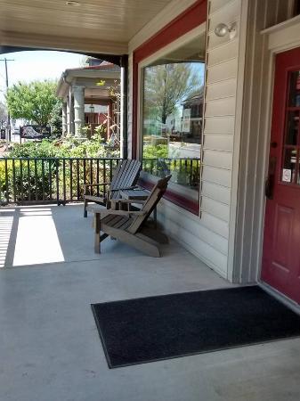 Inn at Kitchen Kettle Village: Front Porch of the Kurtz House