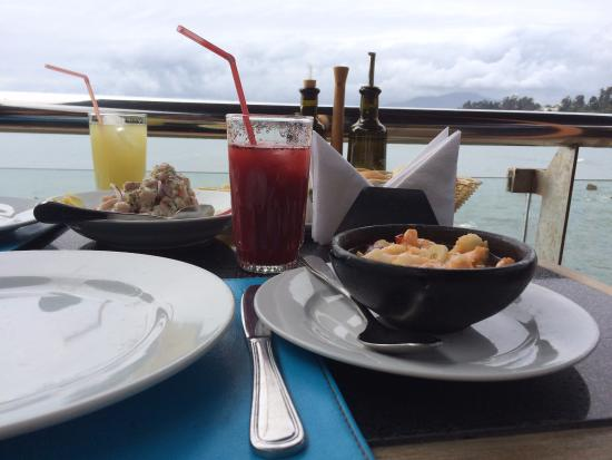 Calypso: camarones al pil pil e ceviche, sucos de abacaxi e morango