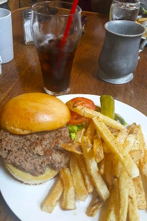 Oakland, ออริกอน: Tolly's $8 Burger and Fries