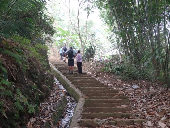 Hòa Bình, Việt Nam: Steep climb