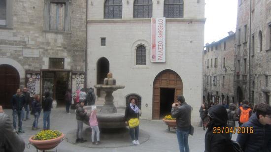 Gubbio, İtalya: у фонтана