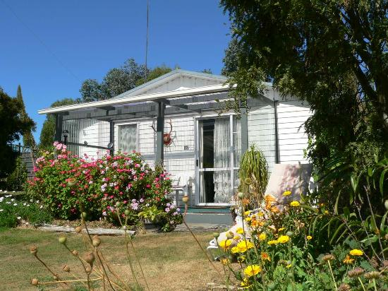 Owaka, New Zealand: Kupe Unit is fully self contained with tea, coffee, continental breakfast supplied.