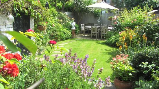 Keslake Towers B&B: The garden in summer