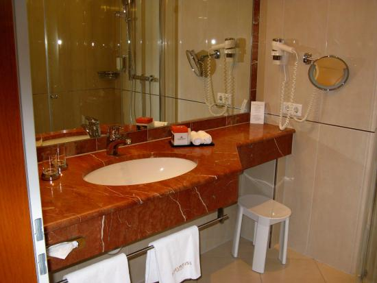 Hotel Edelweiss: großes Bad mit Föhn und Schminkspiegel