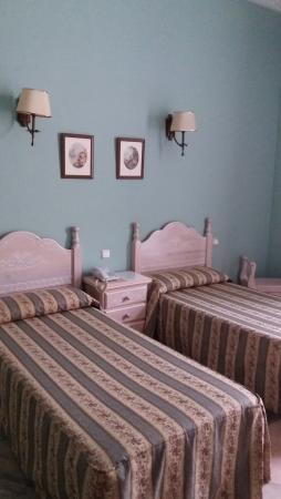 Hotel Victoria: Amplisima habitación, aunque con Camas pequeñas.