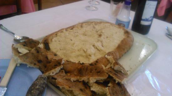 Castalla, Испания: La torta recién servida. Hecha por ellos.