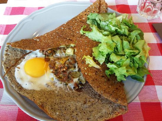 Creperie La Moriniere: Galette paysane avec son supplément salade