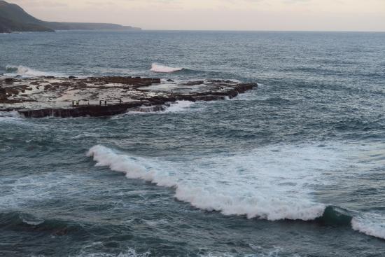 Вуллонгонг, Австралия: Below the bridge: a not-so-pacific ocean