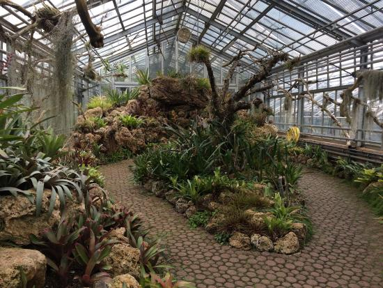 Carrousel en el Jardín Botánico en Chambessy cerca de ...