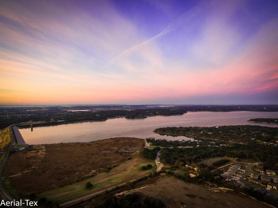 Belton, TX: This picture was taken close to the Dam. Directly across the lake is Dealfish Grill & Frank's Ma