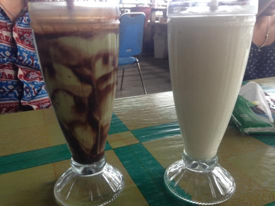 Tondano, إندونيسيا: Left- Avocado juice with chocolate. Right- Sirsak juice.