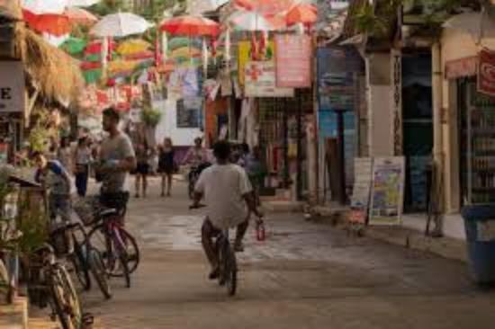 Gili Islands, Indonesia: gambar jalan utama di Gili Trawangan. Yang ada payungnya itu lokasi Sama Sama Bar