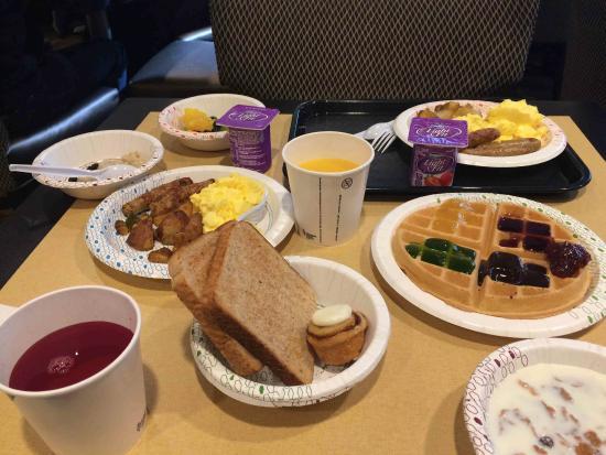 Hampton Majestic Chicago Theatre District: Завтрак включен (это на двоих, но ещё не весь)