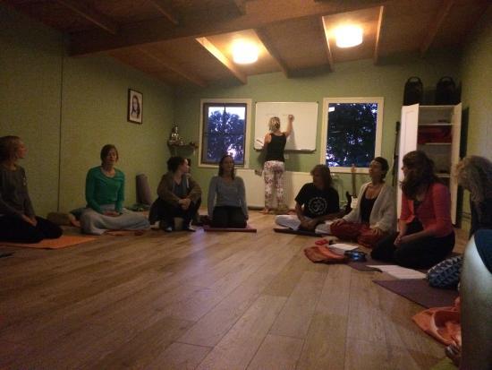 Arhanta Yoga Ashram Netherlands: Chanting before bedtime