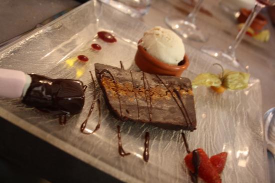 Octon, Франция: Terrine de chocolat, glace gingembre, brochette de guimauve