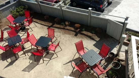 Woods Hole, ماساتشوستس: View of the courtyard from upstairs deck