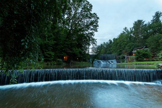 Highland Lake Inn & Resort Hendersonville: Waterfall Entrance