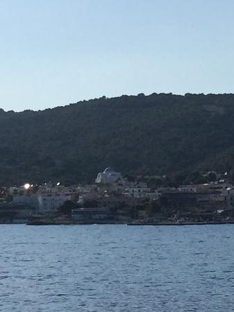 Kavos Bay Seafront Hotel: The village of Aghia Marina arriving by ferry from Athens