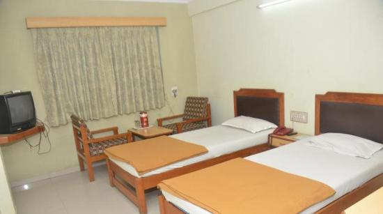 Hilltop Hotel : guest room