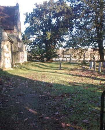Вудбридж, UK: Church of St Michael and All Angels, Boulge, with graveyard