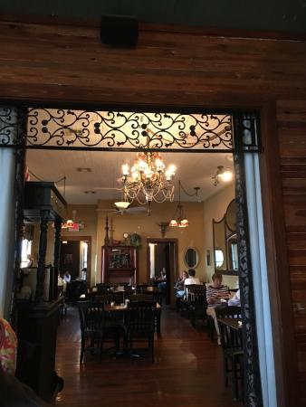 Milton, Floryda: The Shrimp with Grits is a reason alone to come to find Blackwater Bistro. Their location in a h