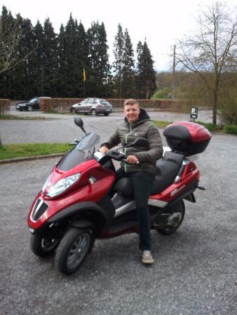 Rochefort, Bélgica: Verassingsritje met de MP3 wieler