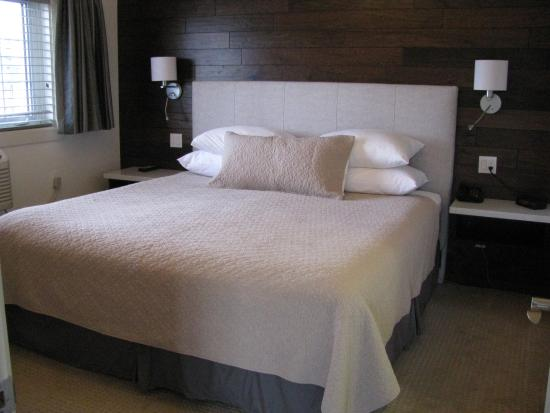 Billy Barker Casino Hotel : Captain's Suite king bed