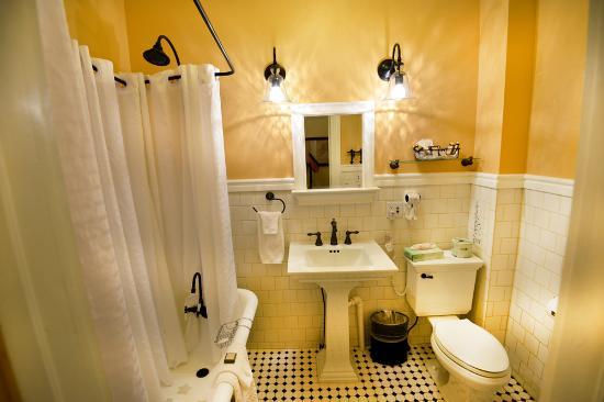 Chamberlin Inn: 18 Bathroom