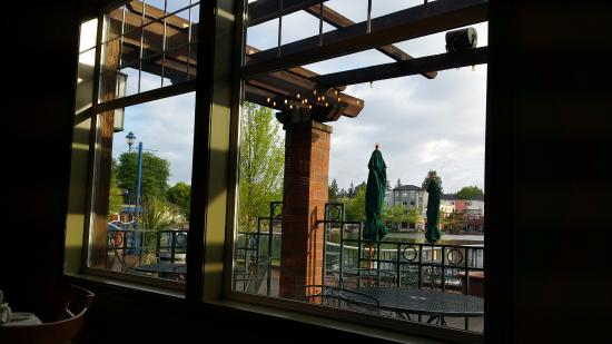Tualatin, OR: View of lake and outside patio area