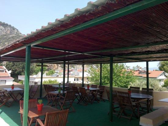Caretta Caretta Hotel: Terrace covered sitting area