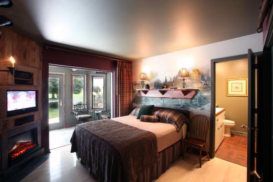 Twin Pine Manor Bed & Breakfast: Fox Hunt Suite